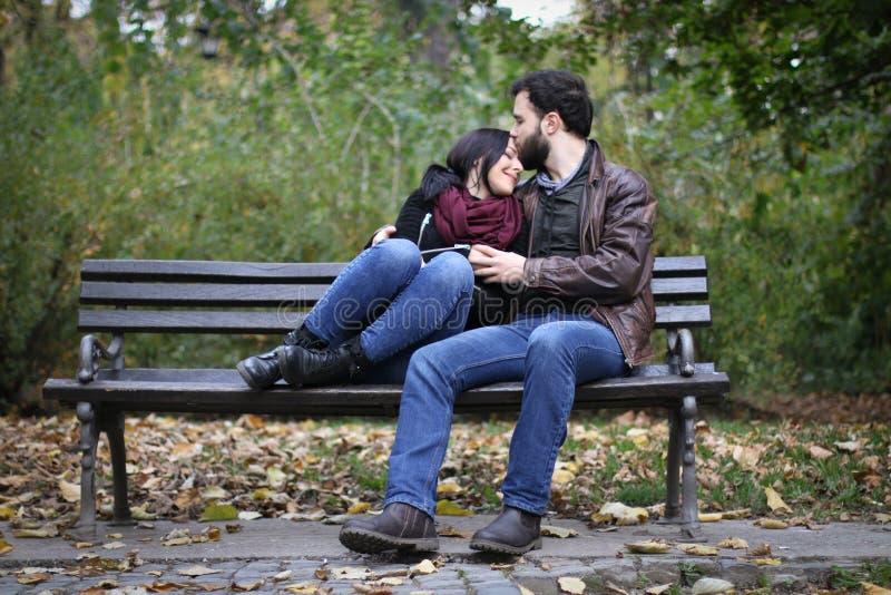 Momento romántico en un banco foto de archivo libre de regalías