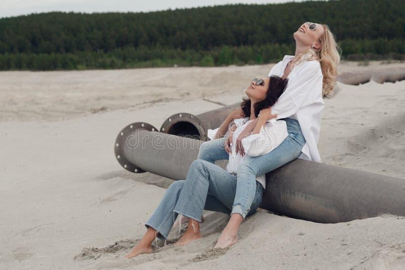 Momento romântico das duas meninas bonitas fotos de stock