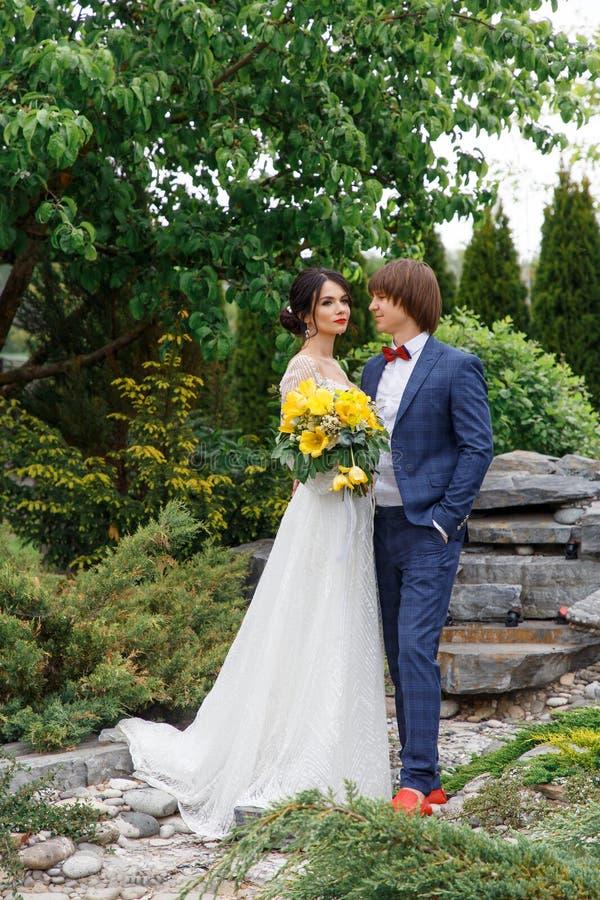 Momento romantico di nozze, coppia del ritratto felice delle persone appena sposate fotografia stock