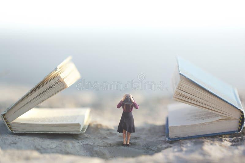 Momento surreale dove una piccola donna ferma le sue orecchie per non ascoltare due libri di conversazione giganti immagini stock libere da diritti