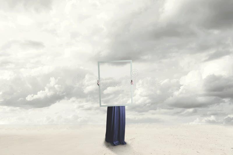 Momento surrealista de una mujer que oculta detrás de una imagen de las nubes iguales al paisaje imágenes de archivo libres de regalías