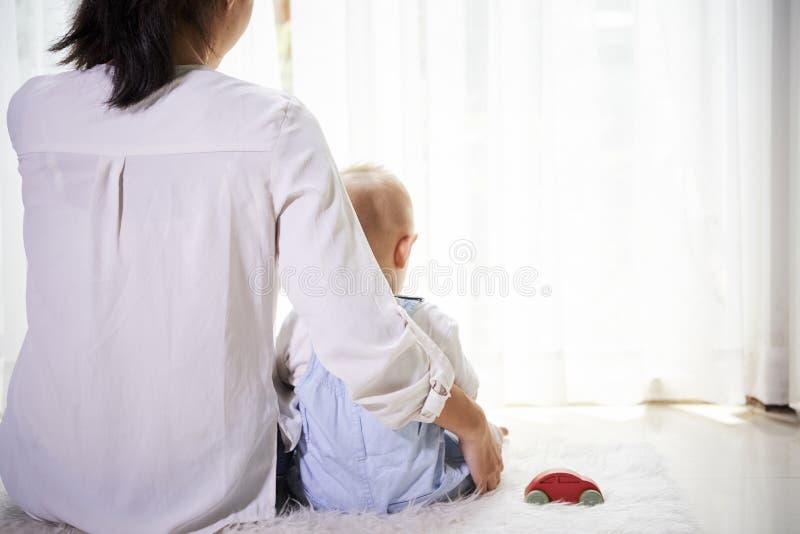 Momento tranquilo de madre y de hijo foto de archivo libre de regalías