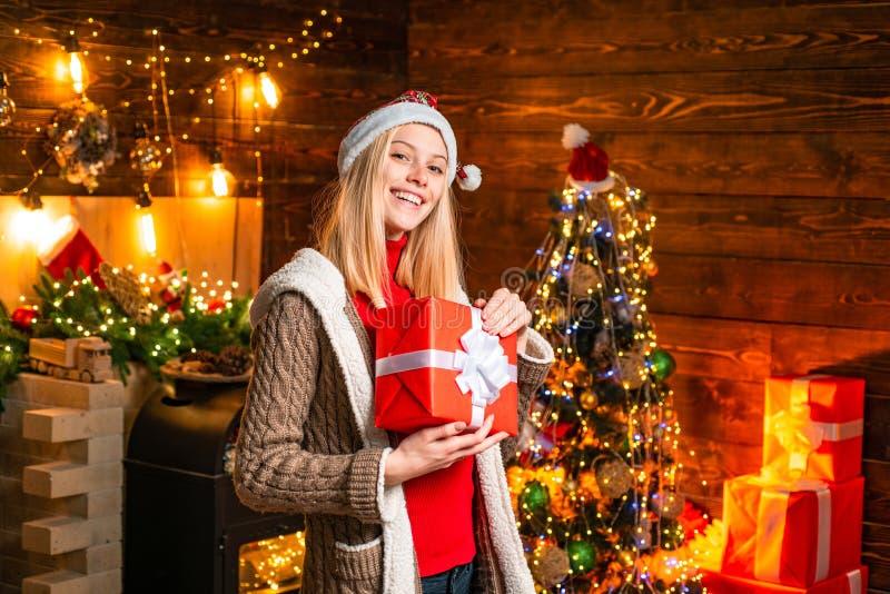 Momentos agradables Alegr?a de la Navidad Luces interiores de madera de la guirnalda de las decoraciones de la Navidad de la muje imagen de archivo libre de regalías