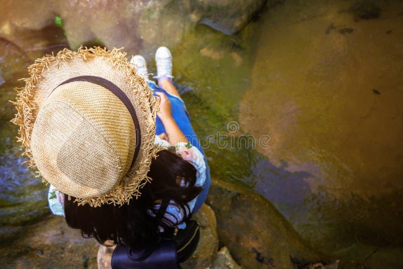Momentos de relaxamento, menina asiática durante as atividades de caminhada na floresta no por do sol, apreciando na natureza fotos de stock