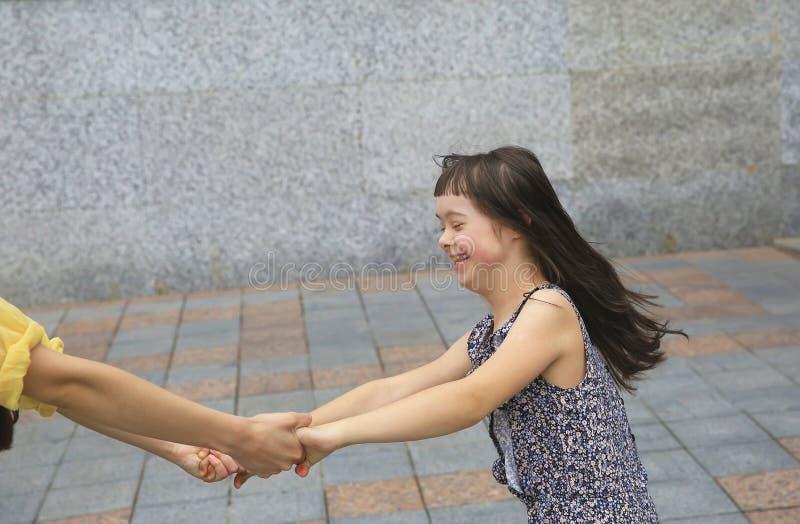 Momentos felices de la familia en la ciudad fotografía de archivo