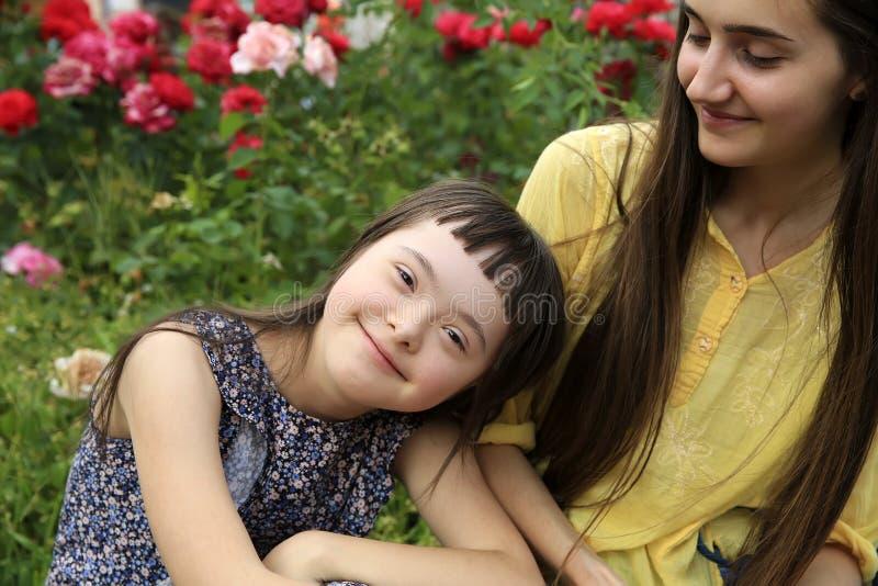 Momentos felices de la familia en el parque imágenes de archivo libres de regalías