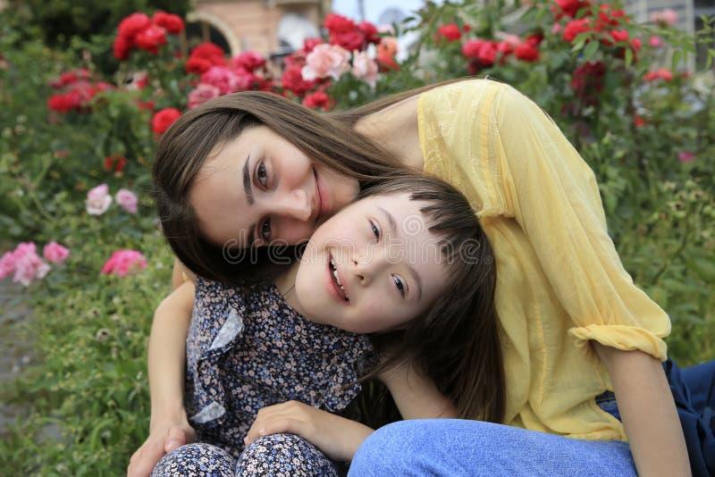 Momentos felices de la familia en el parque fotos de archivo libres de regalías