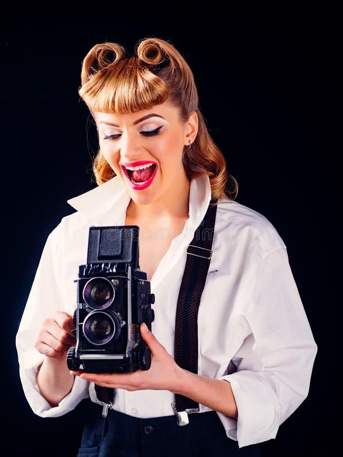 Momentos felizes Linda fotógrafa e câmera retrô imagens de stock