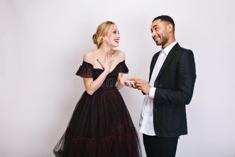 Momentos preciosos felices de pares lindos del individuo hermoso que hacen la oferta de matrimonio a la mujer joven rubia hermosa foto de archivo libre de regalías