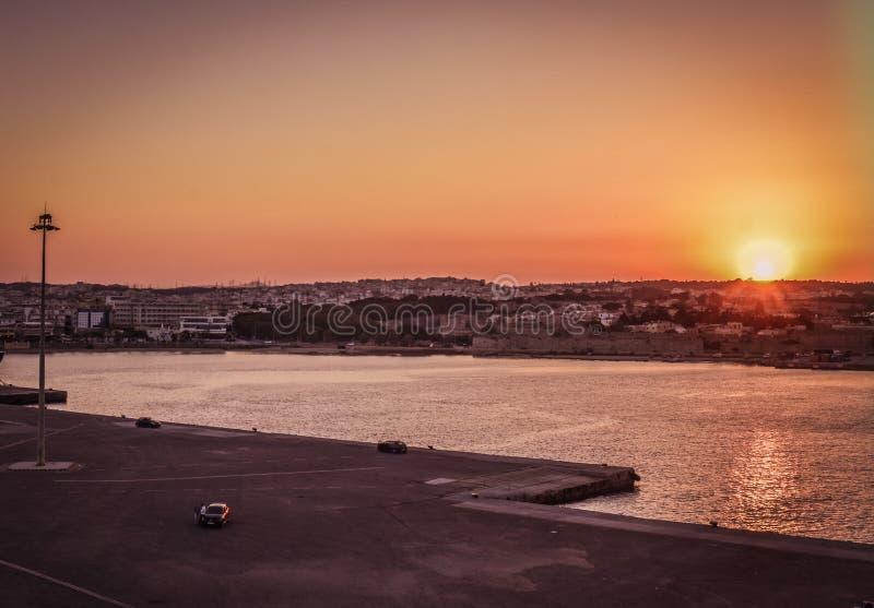Moments avant le départ avec le ferry dans le port de Rhodes appréciant l'heure d'or du ciel pendant le coucher du soleil photo libre de droits
