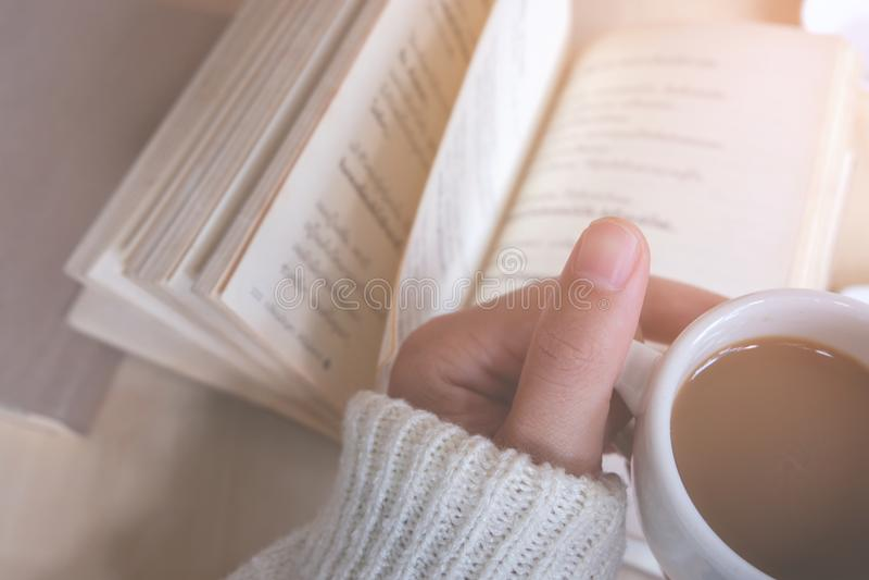 Moments de détente, tasse de café et d'un livre sur la table en bois à l'arrière-plan de nature, couleur du ton de vintage et foy photographie stock