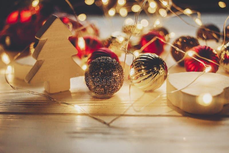 Moments de magie de Noël lumières chaudes et ornements simples et ch photo stock
