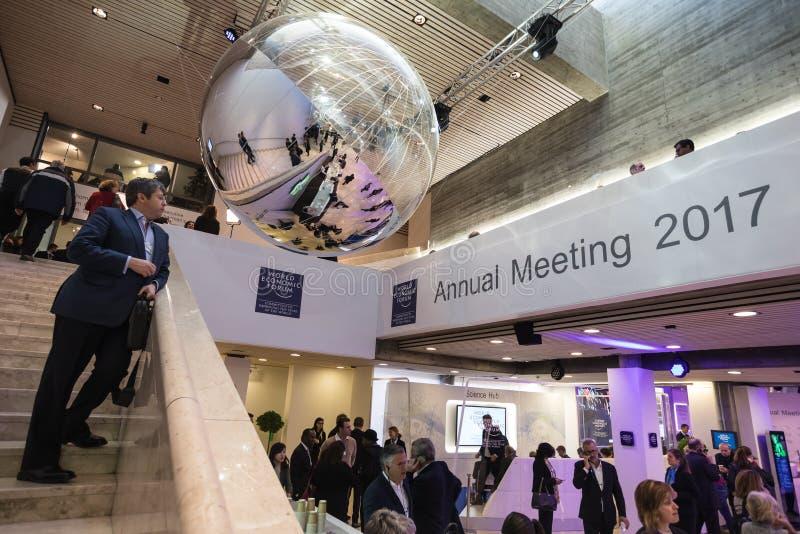 Moments fonctionnants pendant le forum économique mondial dans Davos images stock
