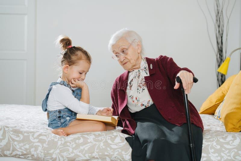 Moments heureux Peu fille avec du son grand temps de qualité de dépense de grand-maman ensemble photos stock