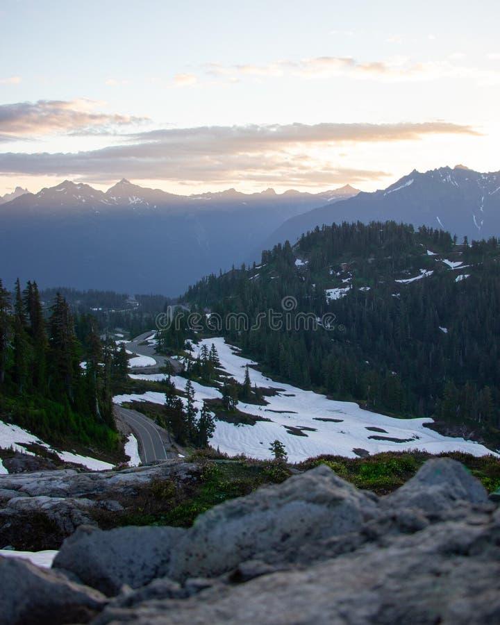Momenty przed wschodami słońca od behind góra piekarza zdjęcia royalty free