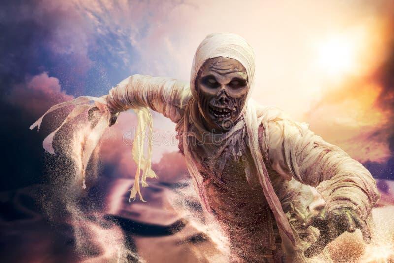 Momia asustadiza en un desierto en la puesta del sol imagenes de archivo