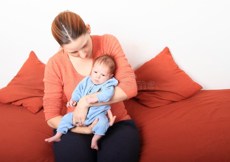 Momia cariñosa con el bebé recién nacido fotos de archivo