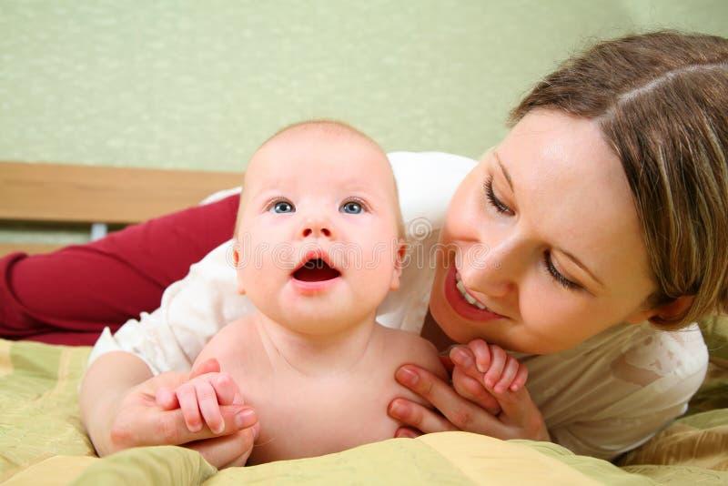 Momia con el bebé foto de archivo