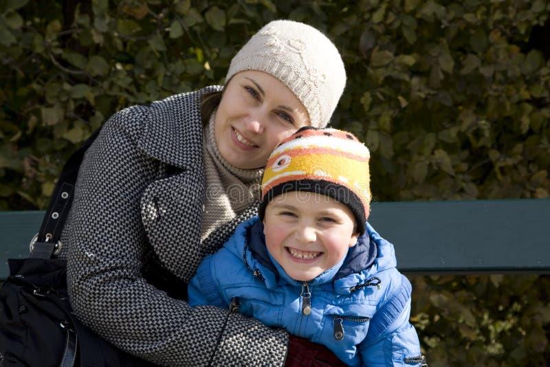 Momia con el hijo en parque imágenes de archivo libres de regalías