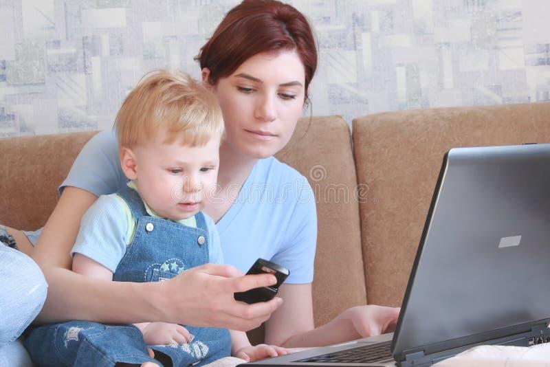 Momia con el niño fotos de archivo