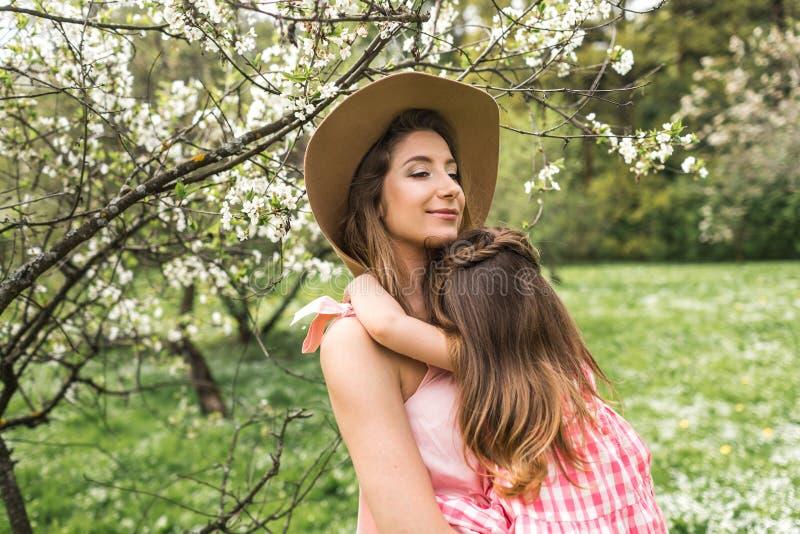 Momia con la pequeña hija en sus brazos foto de archivo