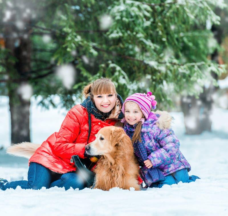 Momia con una hija y su perro imagenes de archivo
