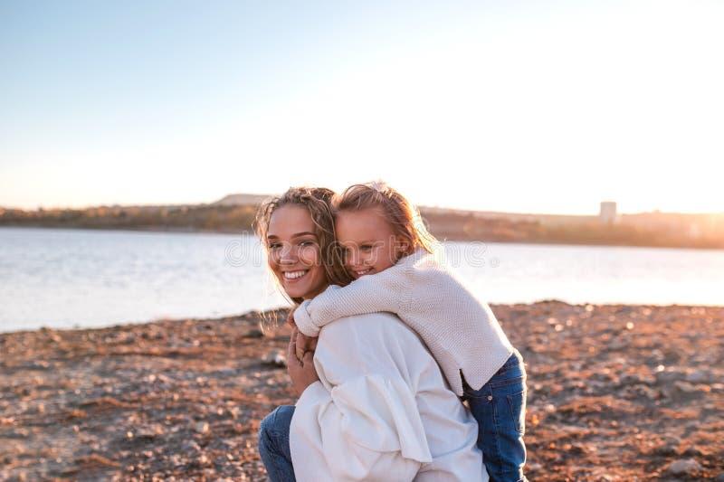 Momia e hija que se divierten junto al aire libre fotos de archivo