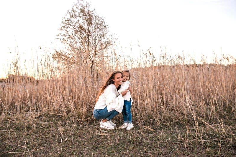 Momia e hija que se divierten junto al aire libre fotos de archivo libres de regalías