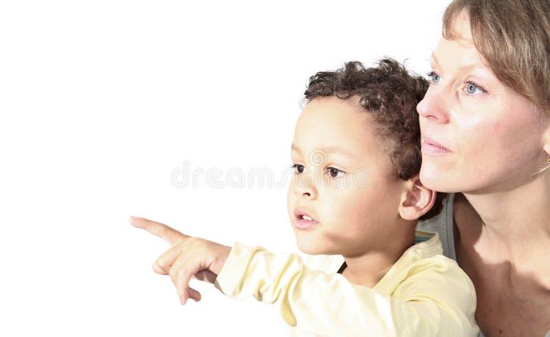 Momia e hijo que consideran y que señalan algo foto de archivo libre de regalías