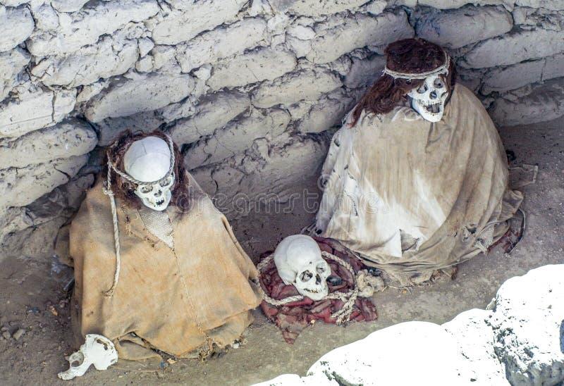 momia y cr?neos Pre-incan en el sitio arqueol?gico de Chauchilla, Nazca, Per? fotos de archivo libres de regalías