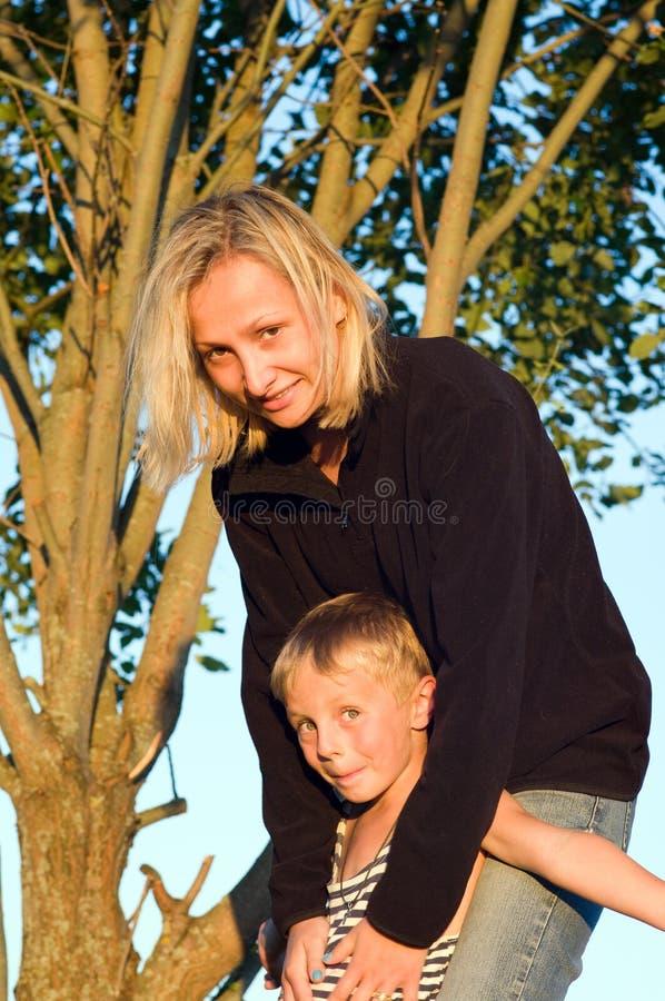Momia y el hijo. imagenes de archivo