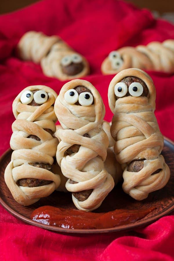 Momias divertidas de la salchicha de las albóndigas en la pasta asustadiza foto de archivo libre de regalías