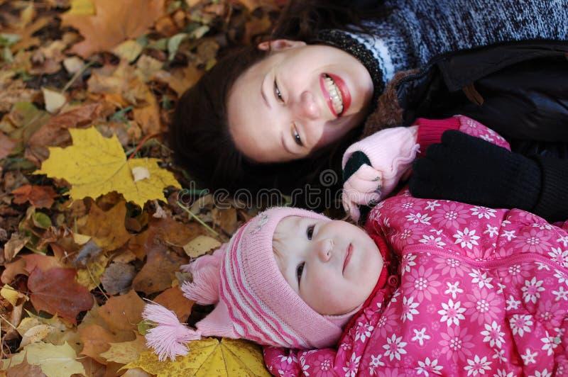 Momie avec un descendant en stationnement d'automne photographie stock