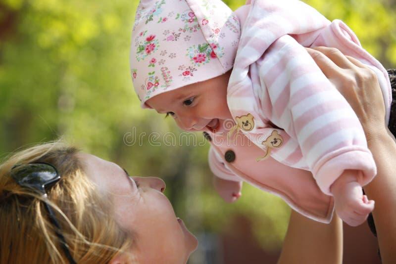 Momie heureuse et son enfant images libres de droits