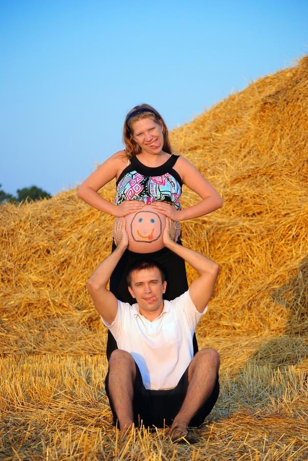 Momie, le père et le futur enfant photo stock