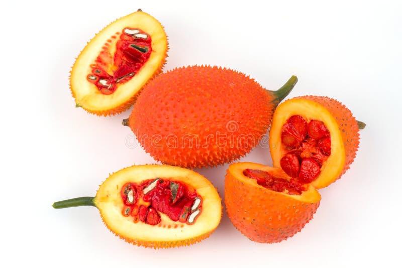 Momordicacochinchinensis, een Zuidoostaziatisch fruit isoleert op wit royalty-vrije stock afbeelding