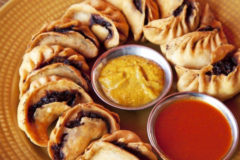 Momos fritto nepalese fotografie stock