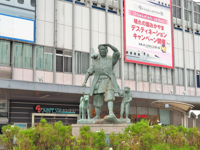Momotaro und seine Freunde - Affe, Hund und Fasan vor Bahnhof Okayamas lizenzfreie stockfotos