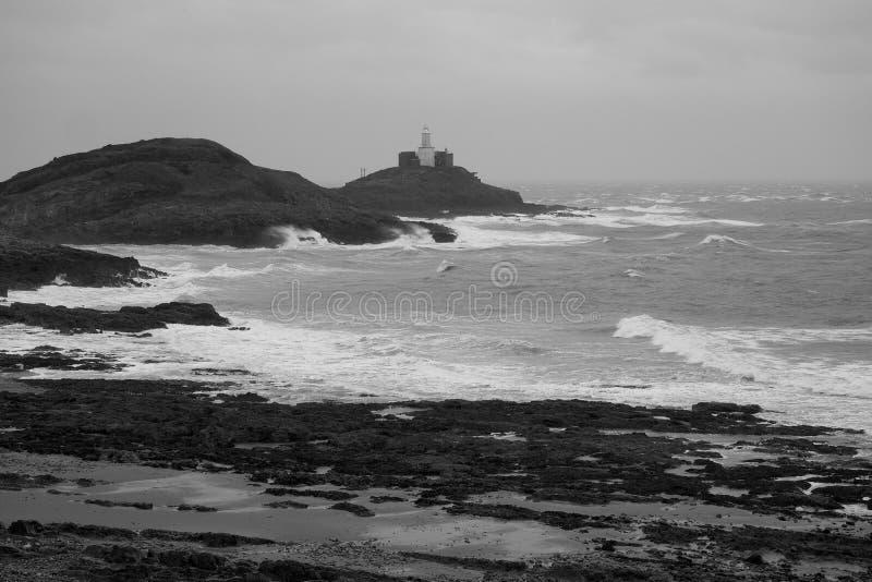Mompelt Vuurtoren op een stormachtige dag omhoog wordt aangestoken die Armbandbaai, Gower Peninsula dichtbij Swansea overzien, Zu royalty-vrije stock fotografie