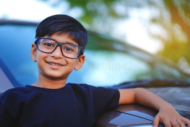 Monóculo indiano bonito do desgaste da criança fotografia de stock royalty free