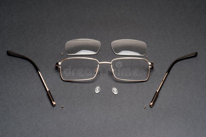 Monóculos desmontados do quadro do metal na superfície do preto, lente fotografia de stock