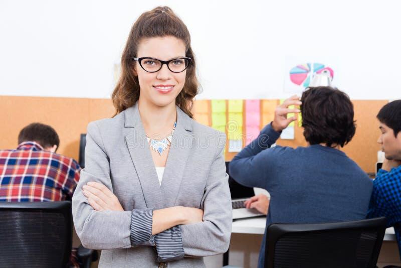 Monóculos dobrados sorriso do desgaste das mãos da mulher de negócios foto de stock royalty free