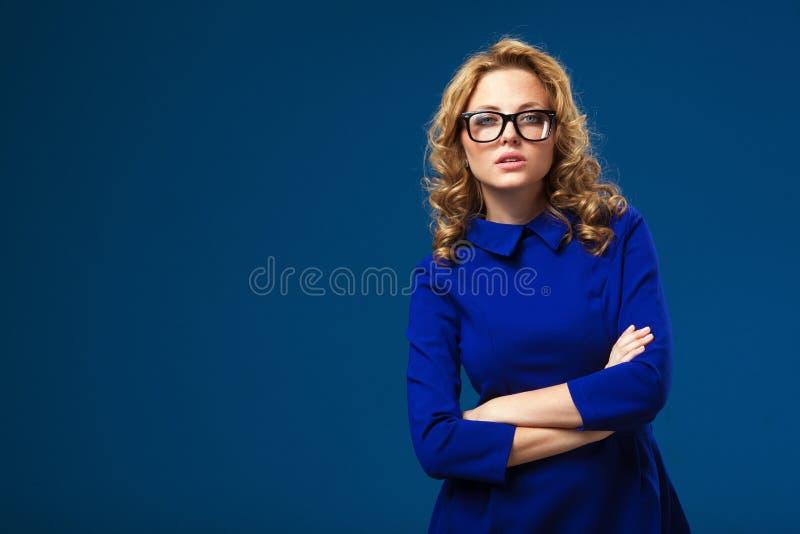 Monóculos vestindo da mulher e vestido azul imagem de stock royalty free