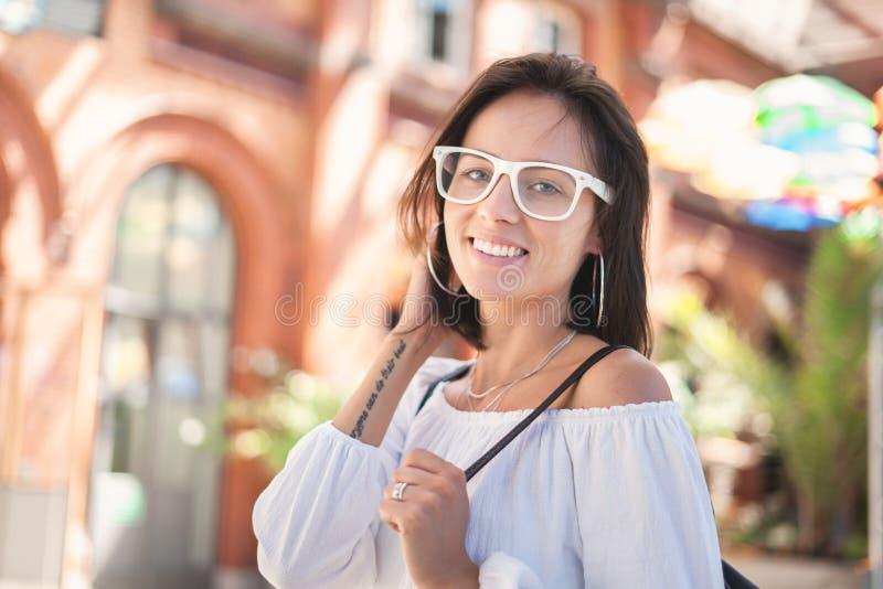 Monóculos vestindo de sorriso da jovem mulher fotos de stock royalty free