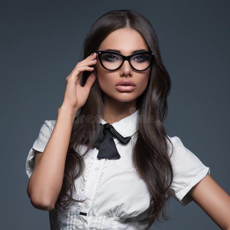 Monóculos vestindo elegantes da mulher de negócio fotografia de stock royalty free