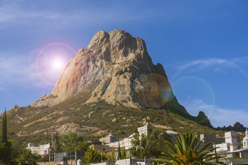 Monólito de Bernal em México com o céu azul no fundo imagens de stock royalty free