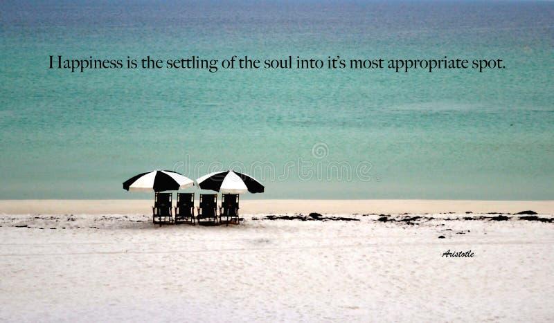 Mon endroit heureux ! Les chaises et les parapluies de plage sur une plage sablonneuse blanche invitent ainsi ! photo stock