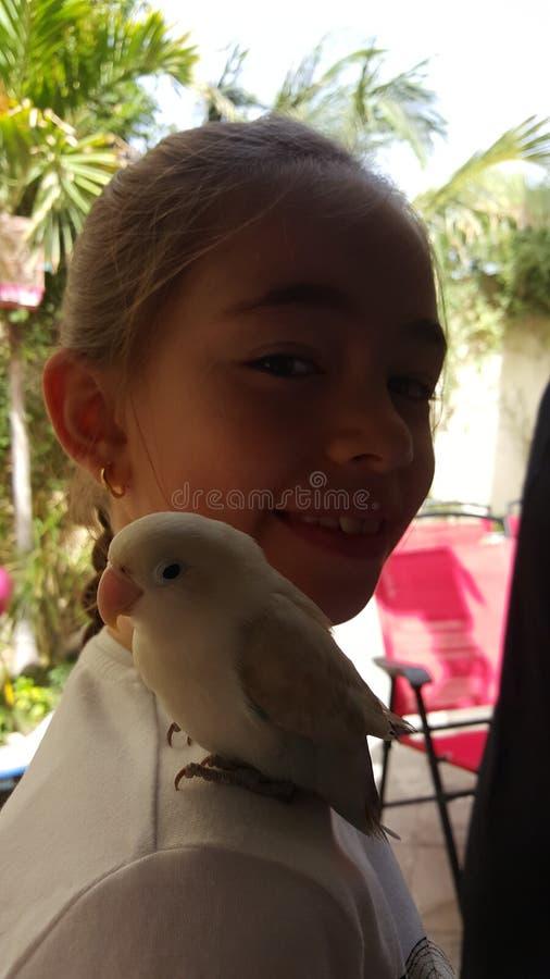 Mon enfant avec un oiseau images stock
