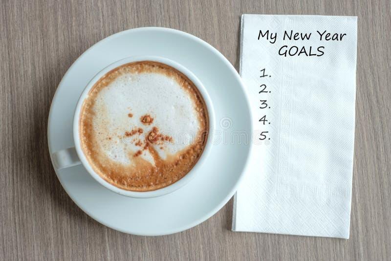 MON mot de BUTS de NOUVELLE ANNÉE avec la tasse de café chaude de cappuccino sur le fond de table au matin Nouveau début de nouve photographie stock libre de droits