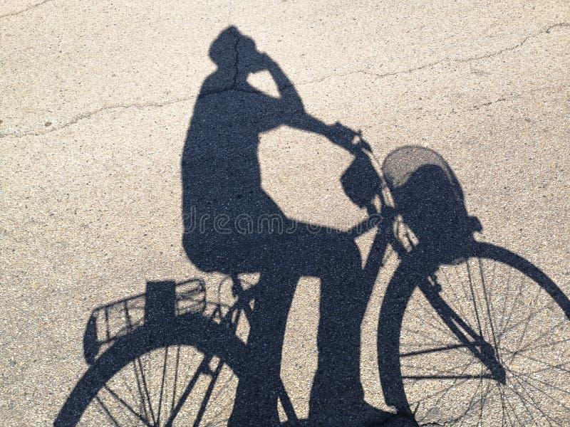 Mon ombre pendant que je fais du vélo image libre de droits